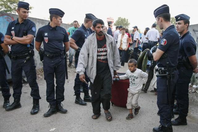 Des Roms sont expulsés de leur campement illégal... (PHOTO EMMANUEL FOUDROT, ARCHIVES REUTERS)