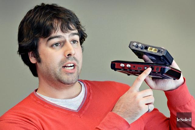 L'ingénieur Philippe Havard montre les appareils que son... (Le Soleil, Patrice Laroche)
