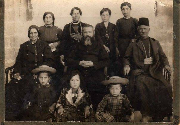 Photo de la famille Ahmaranian, peu après le... (Photo fournie par l'auteur)