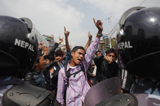 Des manifestants font face à la police anti-émeute,... (PHOTO NIRANJAN SHRESTHA, AP)