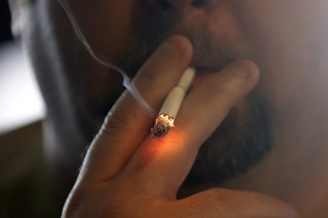 Un septuagénaire manifestant pour le droit de fumer dans les restaurants en... (Photo archives AP)