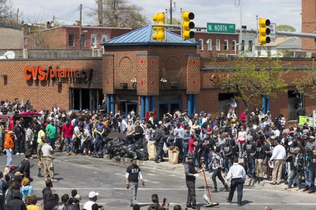 Vers 11h, hier matin, une foule de volontaires... (PHOTO EVAN VUCCI, AP)