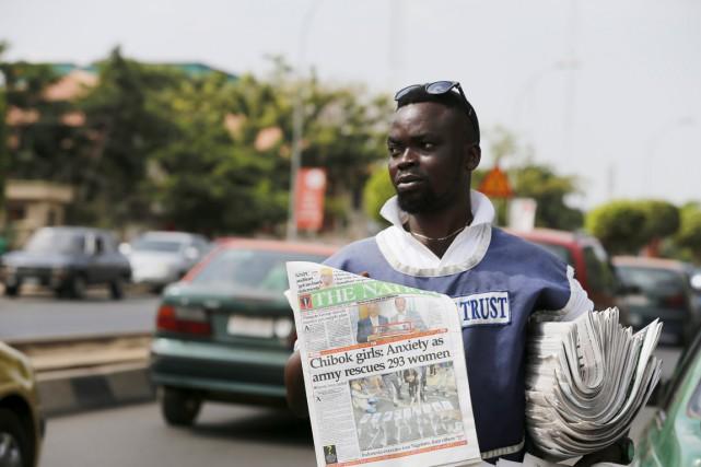 Un vendeur de journaux à Abuja, le 29... (PHOTO AFOLABI SOTUNDE, AFP)