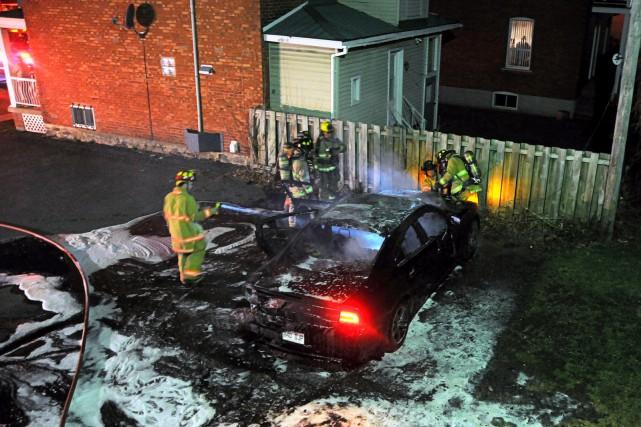 Des malfaiteurs ont incendié un Dodge Charger, mardi... (Photo collaboration spéciale Éric Beaupré)