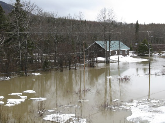 La rivière Dartmouth est sortie de son lit... (Collaboration spéciale, Geneviève Gélinas)
