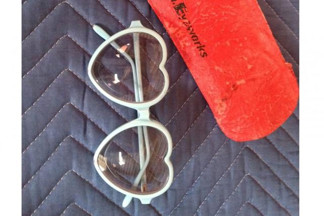 Un homme que la police soupçonne d'avoir volé les célèbres lunettes en forme de... (Photo: AP)