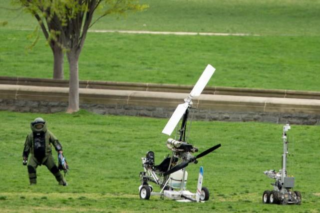 Un mini-hélicoptère (autogire) s'était posé sur une pelouse... (Photo Andrew Harnik, AP)