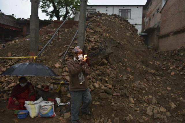 Le bilan du séisme survenu le 25 avril au Népal approche les 5500 morts, selon... (Photo AP)