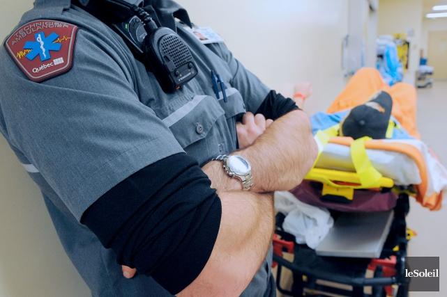 L'actuel uniforme (photo) des travailleurs ambulanciers cause «beaucoup... (Photothèque Le Soleil, Erick Labbé)
