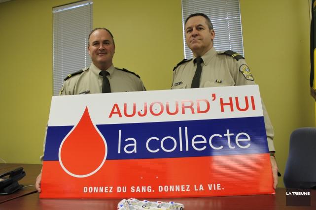 Les sergents Martin Bernier et Patrice Grégoire sont... (La Tribune, René-Charles Quirion)