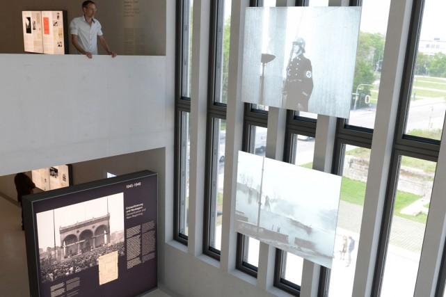 L'exposition permanente, sur quatre étages, présente en allemand... (PHOTO CHRISTOF STACHE, AFP)