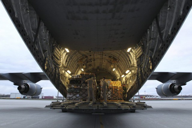 Un second avion canadien C-17 est en route pour... (Photo Lars Hagberg, La Presse Canadienne)