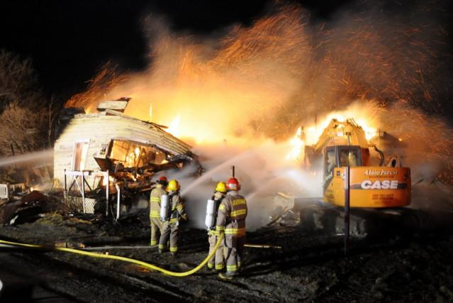 Un violent incendie a complètement ravagé une résidence inoccupée du rang de... (Photo collaboration spéciale Éric Beaupré)