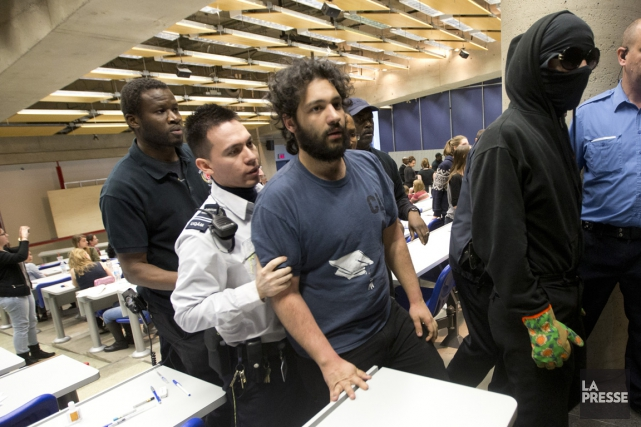 Hamza Babou (au centre, chandail bleu) fait face à... (PHOTO PATRICK SANFAÇON, ARCHIVES LA PRESSE)
