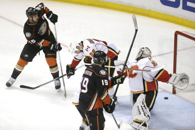 Ryan Getzlaf (15) a marqué contre Karri Ramo... (PHOTO JAE C. HONG, ASSOCIATED PRESS)