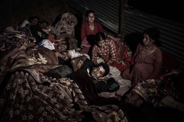 Des survivants du tremblement de terre népalais s'apprêtent... (PHOTO PHILIPPE LOPEZ, AFP)