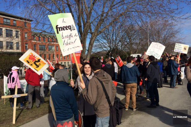 Des professeurs et des étudiants manifestaient devant le... (La Tribune, René-Charles Quirion)