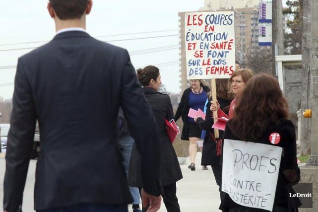 Des professeurs ont manifesté, vendredi, devant le pavillon... (Étienne Ranger, LeDroit)