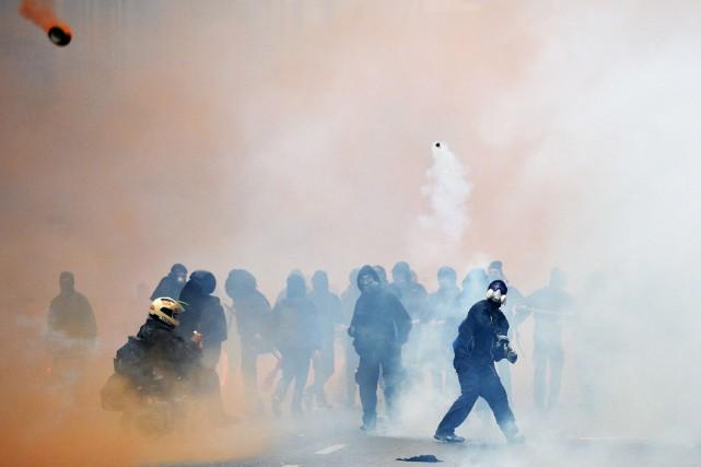Les manifestants ont incendié au moins un commerce... (PHOTO ANDREAS SOLARO, AFP)