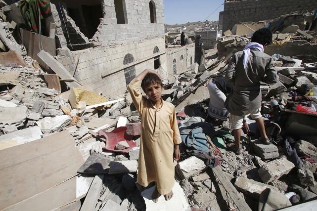 Un jeune garçon se tient debout sur les... (Photo Hani Mohammed, AP)