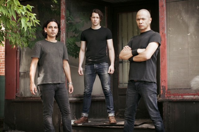 Danko Jones, son bassiste John Calabrese et son... (Photo Dustin Rabin)
