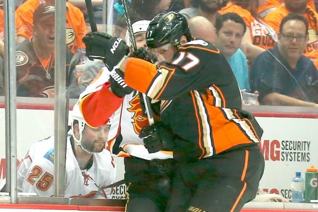 Si les attaquants des Flames de Calgary ont... (Photo AFP, Stephen Dunn)