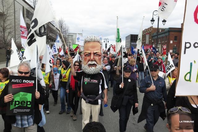 Des centaines de personnes se sont réunies vendredi... (Imacom, René Marquis)