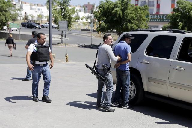 Un homme est arrêté par la police après... (Photo Alejandro Acosta, Reuters)