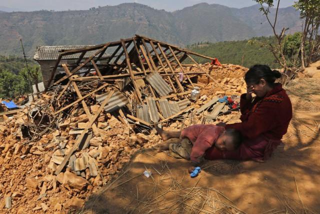 Une femme pleure près de sa maison détruite... (PHOTO MANISH SWARUP, AP)