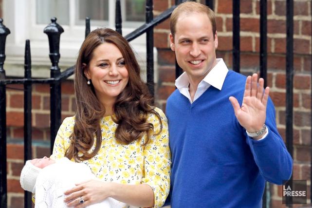 La duchesse de Cambridge,Kate Middleton, tient dans ses... (AP)