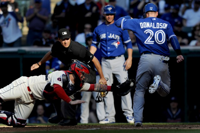 Josh Donaldson réussit à éviter le gant deRoberto... (PHOTO KEN BLAZE, USA TODAY)