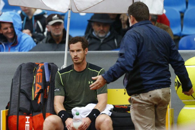Le jeu a été interrompu alors qu'Andy Murray... (Photo Matthias Schrader, AP)