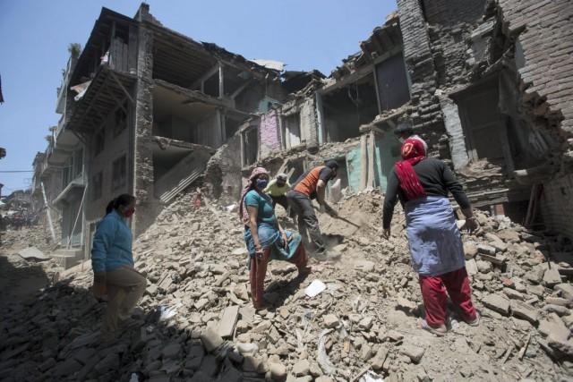Alors que les Népalais arpentent les ruines de... (Menahem Kahana, AFP)