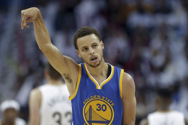Stephen Curry a aidé les Warriors à terminer la... (PHOTO GERALD HERBERT, AP)
