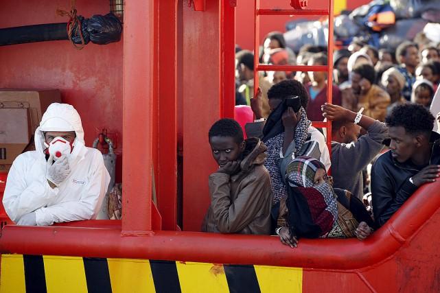 Plus de 5800 personnes ont été secourues dans... (PHOTO ANTONIO PARRINELLO, REUTERS)
