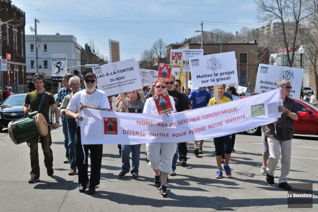 Environ 200 personnes se sont rassemblées, dimanche, sur... (Photo: Émilie O'Connor Le Nouvelliste)