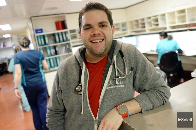 Maxime Therriault, 25 ans, est infirmier en chirurgie... (PHOTO ERICK LABBE, LE SOLEIL)