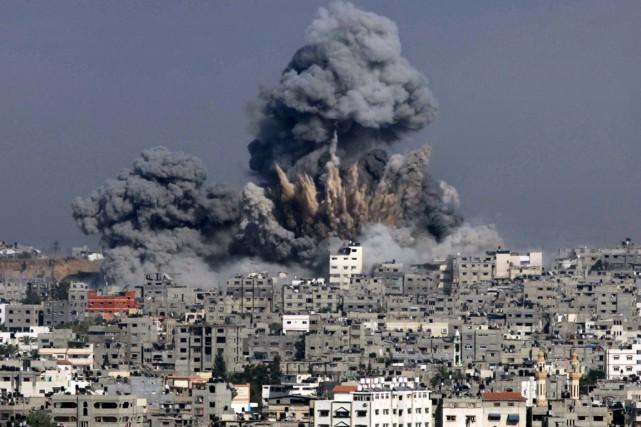 Une épaisse colonne de fumée s'élève de Gaza... (PHOTO ASHRAF AMRA, ARCHIVES AFP)