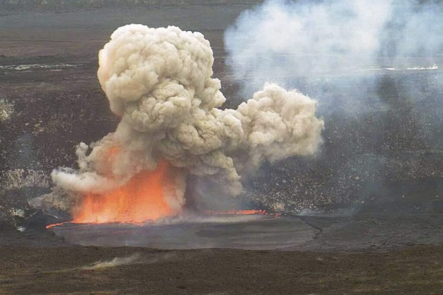 Le volcan a craché ses projectiles à plus... (Photo: AP)