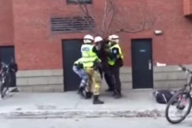 L'arrestation musclée d'un homme au cours d'une manifestation tenue vendredi... (IMAGE TIRÉE D'UNE VIDÉO)