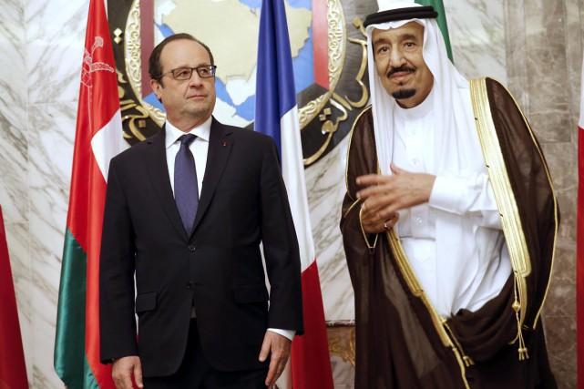 Le président français François Hollande en compagnie du... (PHOTO CHRISTOPHE ENA, AFP)