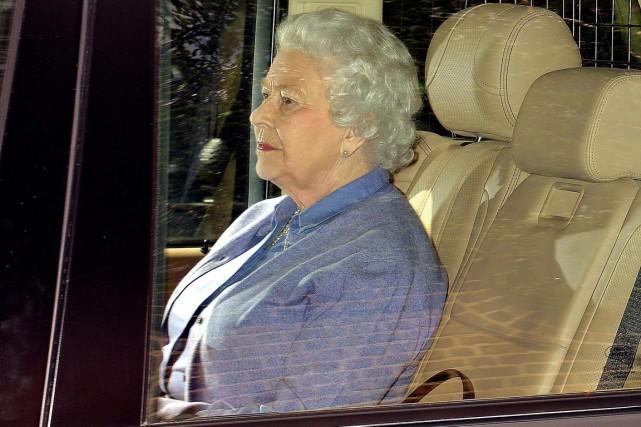 La reine est arrivée en début d'après-midi au... (PHOTO JOHN STILLWELL, AP)