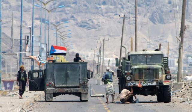 Une vingtaine de combattants de la coalition menée... (PHOTO SALEH AL-OBEIDI, AGENCE FRANCE-PRESSE)