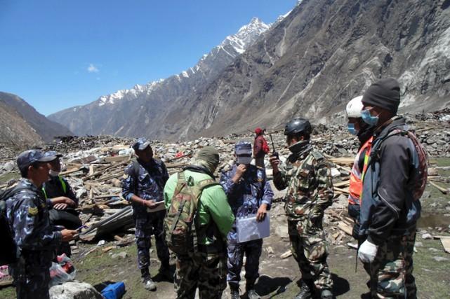 Des soldats ont participé aux opérations de secours... (Photo: Reuters)