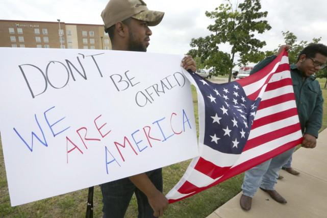 Deux personnes ont brandi une affiche «N'ayez pas... (Photo: AP)