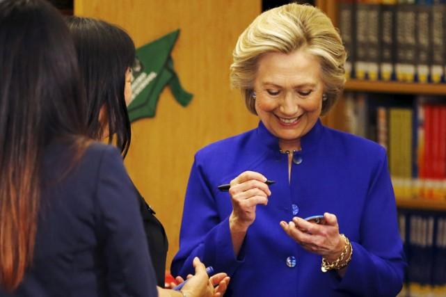 Hillary Clinton signe un bouton de campagne lors... (Photo: Reuters)