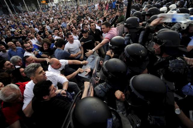 Aux cris de «Meurtriers! Meurtriers!» et réclamant la... (Photo: Reuters)