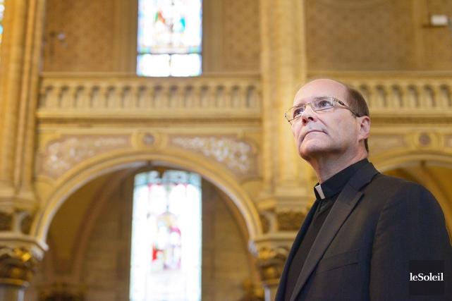 Le curé Pierre Gingras, dans l'église Saint-Jean-Baptiste... (Le Soleil, Yan Doublet)