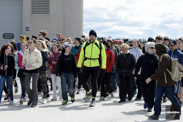 Denis Turcotte (en vert) a commencé une marche... ((Photo Le Quotidien, Jeannot Lévesque))