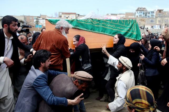 Des centaines de personnes, choquées par sa mort... (PHOTO MASSOUD HOSSAINI, ARCHIVES AP)